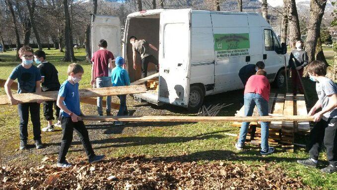 Les élèves de l'atelier jardin préparent les planches de bois